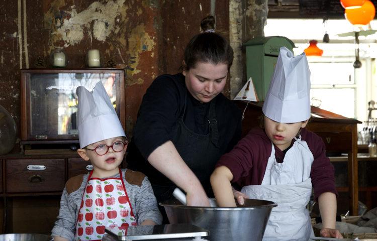 Petits et grands en cuisine à la Recyclerie ©Because Gus