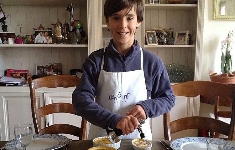 Jules, le plus jeune pâtissier sans gluten cuisinait déjà tout petit ! ©Jules