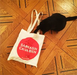 Gus a adopté le tote bag de l'Atelier Sarrasin ©Because Gus