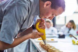 ©Sébastien Lenglet en pleine action avec ses pâtisseries dans lesquelles il utilise des gommes sans gluten