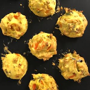 Hop et voilà les muffins salés et sans gluten dans le moule ©Because Gus