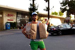 Titom gère les courses pendant le tour du monde gluten free ! ©Tour du monde sans gluten