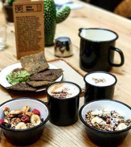 Petit déj chez ©Wild & The Moon avec leur granola sans gluten