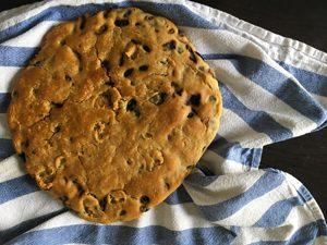 Ceci n'est pas un cookie géant ! ©Because Gus - Une part de fougasse sans gluten pour l'apéro ?!