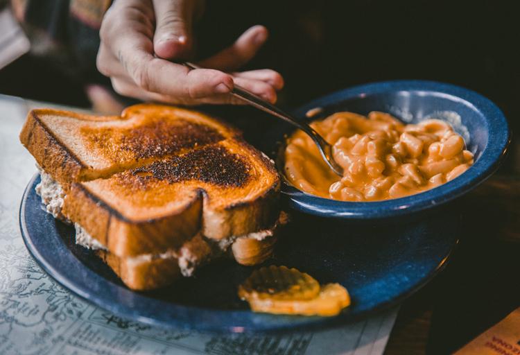 Difficile de manger différemment en France ? ©Jakob Owens
