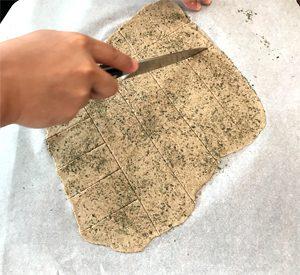 Le truc pour détacher les crackers sans gluten facilement ©Because Gus