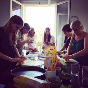 Les ateliers de cuisine sans gluten avec Schär à la rédac !! En cuisine ! ©Because Gus