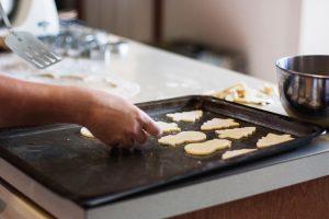 Biscuits sans gluten de Noël : ateliers avec Céliane ! Tous en cuisine ! ©Kari Shea