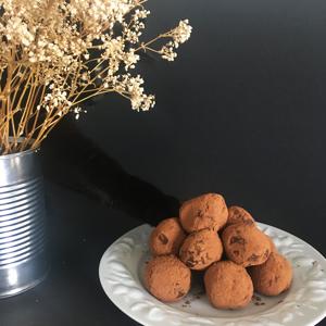 Viiiiiite des truffes au chocolat sans gluten et vegan !! Qui essaye de les piquer ?! ©Because Gus