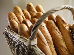 On croustille de plaisir avec la baguette sans gluten de Genius ! Tous au popup store !! ©Genius