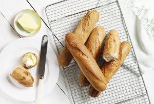 On croustille de plaisir avec la baguette sans gluten de Genius ! Le bon plan baguette ! ©Genius