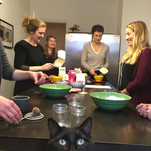 Qui vient à l'atelier de pâtisserie sans gluten avec Céliane ? Tout le monde participe... même Gus ! ©Because Gus