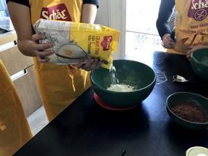 Et si on faisait un cake sans gluten d'automne ?! On verse le miiiiiix ©Because Gus
